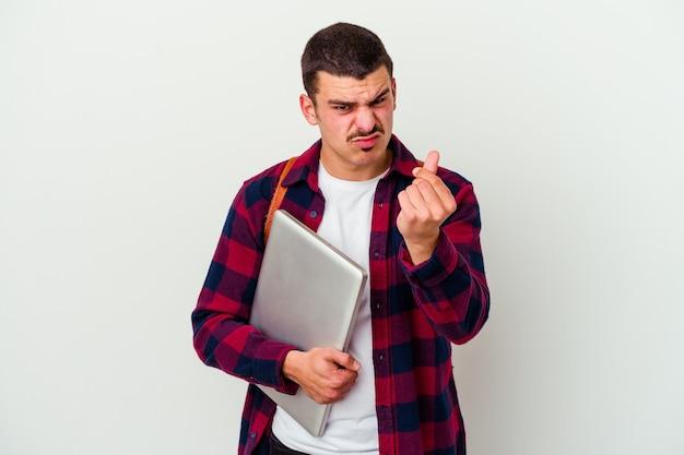 Młody student kaukaski mężczyzna trzyma laptopa na białym tle, pokazując, że nie ma pieniędzy.