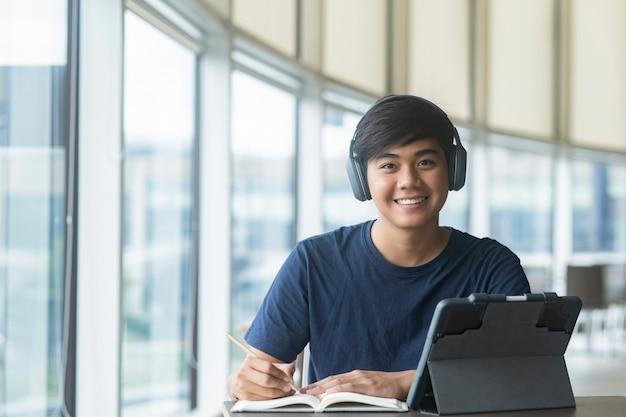 Młody student kolażu korzystający z komputera i urządzenia mobilnego studiujący online.