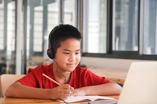 Młody student kolażu przy użyciu komputera i urządzenia mobilnego, uczący się online. edukacja i nauka online.