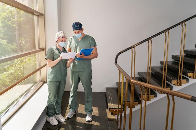 Młody student medycyny praktykujący w szpitalu