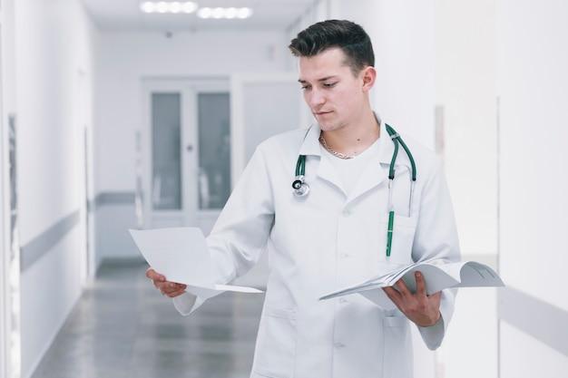 Młody student medycyny z papierami