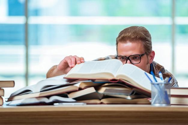 Młody student mężczyzna przygotowuje się do egzaminów w szkole średniej