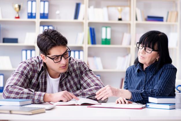 Młody student podczas indywidualnej lekcji korepetycji