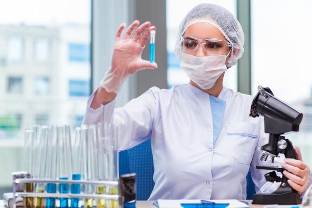 Młody student pracuje z roztworami chemicznymi w laboratorium