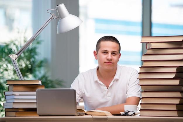 Młody student przygotowujący się do egzaminów szkolnych