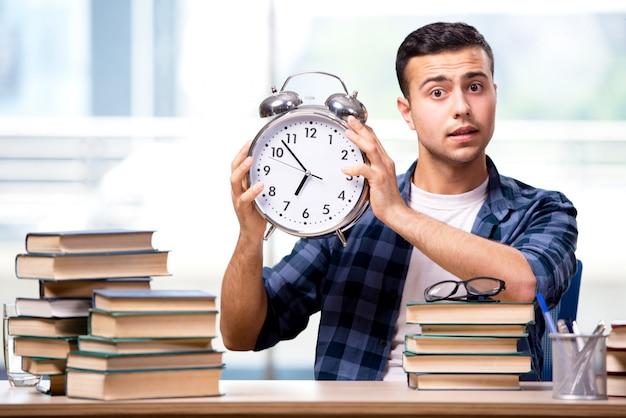 Młody student przygotowuje się do egzaminów szkolnych