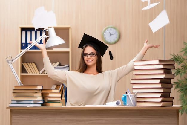Młody student przygotowuje się do egzaminów uniwersyteckich