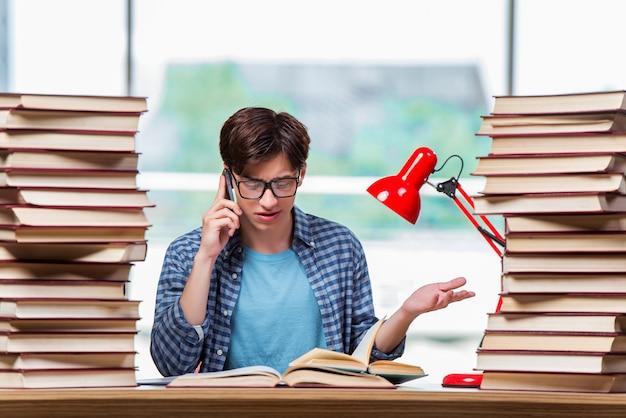 Młody student rozmawia przez telefon komórkowy