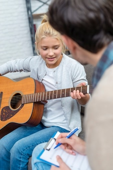 Młody student uczy się grać na akordach muzycznych