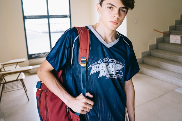 Młody student w budynku