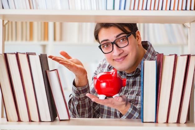 Młody student w koncepcji drogich podręczników