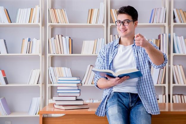 Młody student z książkami przygotowującymi się do egzaminów