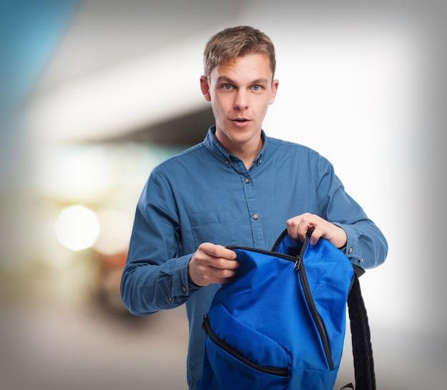 Młody student z powrotem-pack