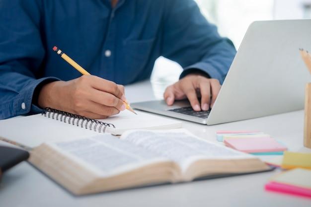 Młody student za pomocą komputera studiuje online. edukacja i nauka online.