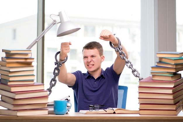 Młody student zmuszony do nauki związany