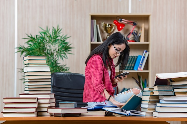 Młody studentka przygotowuje się do egzaminów szkolnych uczelni
