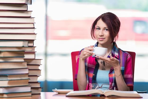 Młody studentka przygotowuje się do egzaminów