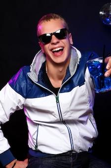 Młody stylowy facet w klubie nocnym