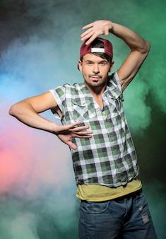 Młody stylowy mężczyzna, tancerz hip-hopu.