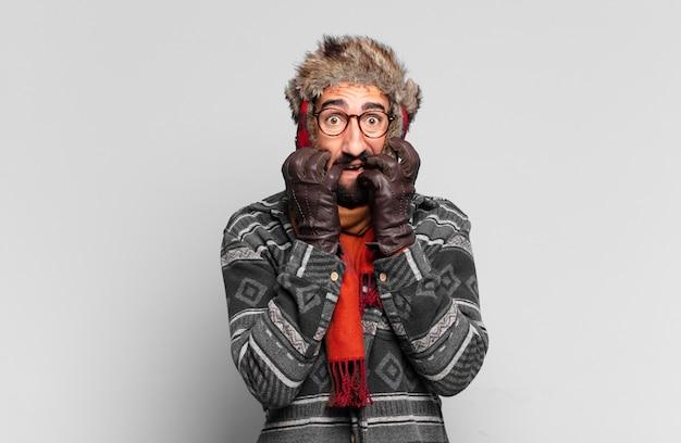 Młody szalony brodaty mężczyzna i noszący zimowe ubrania