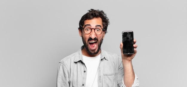 Młody szalony brodaty mężczyzna. koncepcja ekranu telefonu