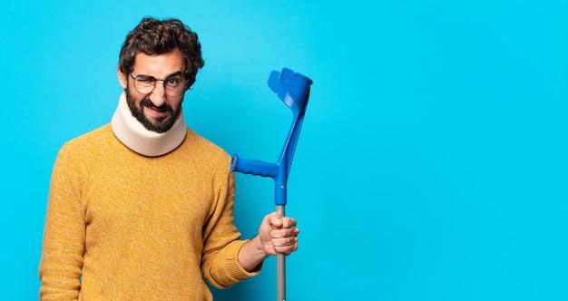 Młody szalony brodaty mężczyzna, który cierpi z powodu bólu. koncepcja wypadku
