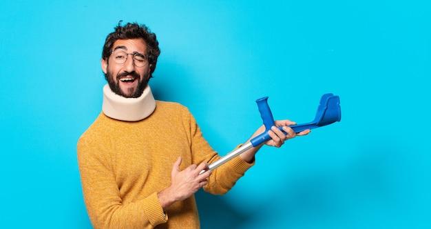 Młody szalony brodaty mężczyzna, który cierpi z powodu bólu