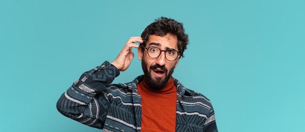 Młody szalony brodaty mężczyzna myśli lub wątpi w ekspresję