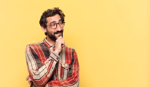 Młody szalony brodaty mężczyzna myśli wyrażenie