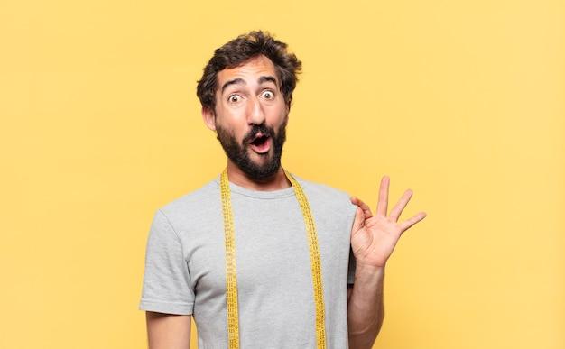Młody szalony brodaty mężczyzna na diecie zdziwiony wyraz twarzy