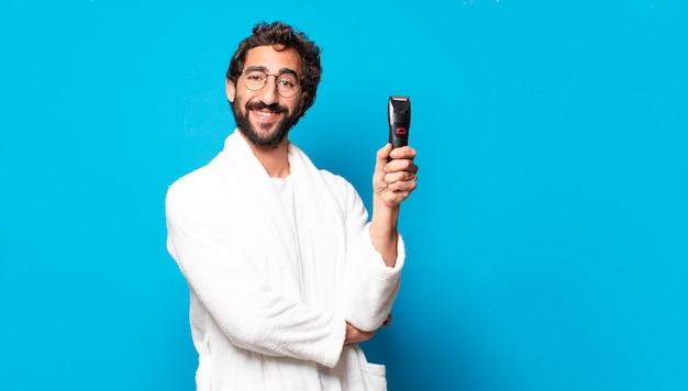 Młody szalony brodaty mężczyzna sobie szlafrok do golenia concep