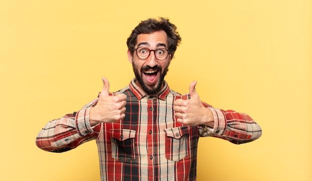 Młody szalony brodaty mężczyzna szczęśliwa ekspresja