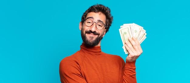 Młody szalony brodaty mężczyzna. szczęśliwy i zaskoczony wyraz twarzy. koncepcja banknotów dolarowych
