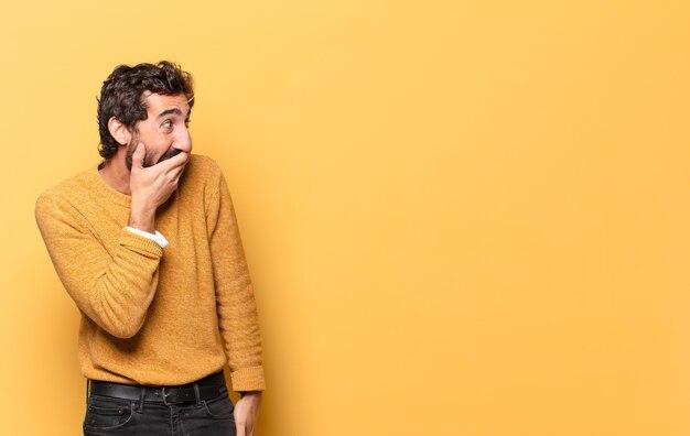 Młody szalony brodaty mężczyzna wyrażający z miejsca na kopię.