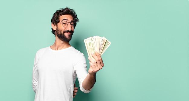 Młody Szalony Brodaty Mężczyzna Z Banknotami Dolarowymi Premium Zdjęcia