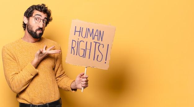 Młody szalony brodaty mężczyzna z kartonem dotyczącym praw człowieka