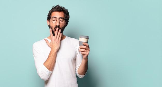 Młody szalony brodaty mężczyzna z kawą na wynos