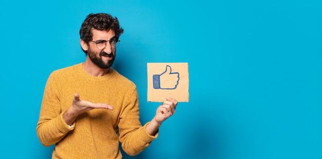 Młody szalony brodaty mężczyzna z mediami społecznościowymi jak baner