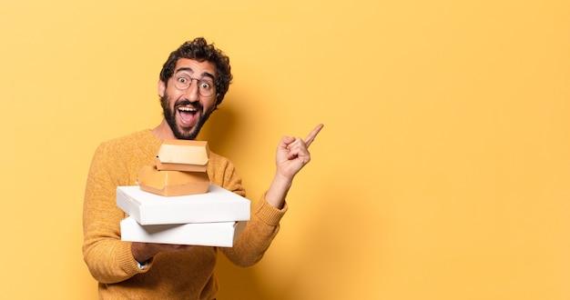 Młody szalony brodaty mężczyzna zabiera fast food z miejsca na kopię