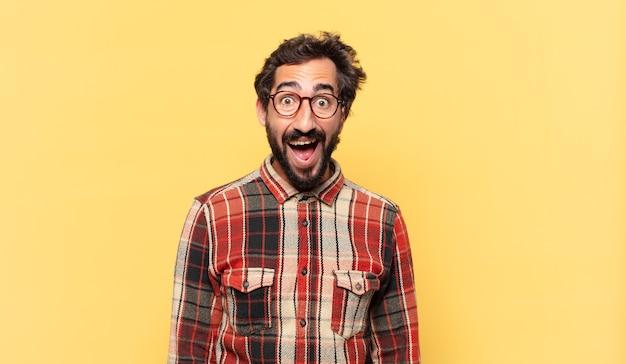 Młody szalony brodaty mężczyzna zdziwiony wyrazem twarzy