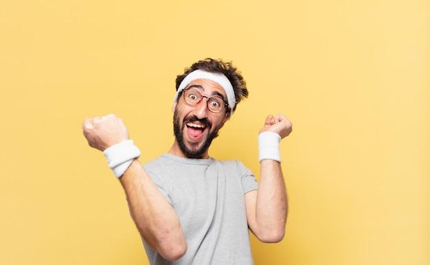 Młody szalony brodaty sportowiec świętuje zwycięstwo