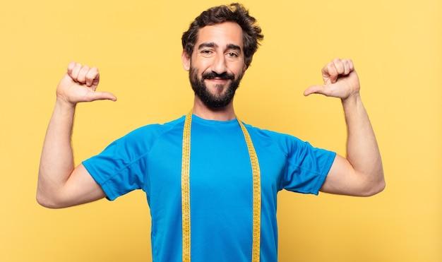Młody szalony brodaty sportowiec szczęśliwy koncepcja wypowiedzi i diety