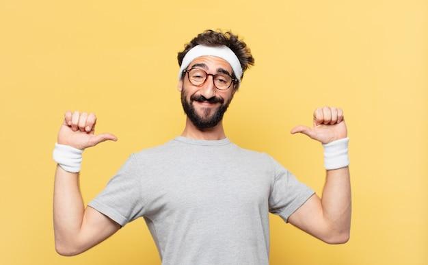 Młody szalony brodaty sportowiec szczęśliwy wyraz twarzy