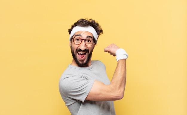 Młody szalony brodaty sportowiec zaskoczony wyrazem twarzy
