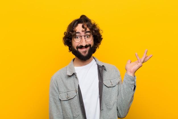 Młody szalony człowiek czuje się szczęśliwy zaskoczony i wesoły uśmiechnięty z pozytywnym nastawieniem realizując rozwiązanie lub pomysł