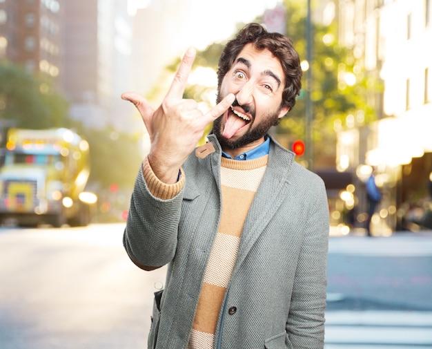 Młody szalony człowiek szczęśliwy wyraz