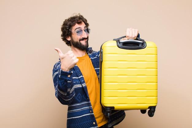 Młody szalony fajny człowiek z walizką. koncepcja podróży