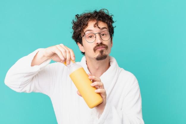 Młody szalony mężczyzna z termosem kawowym
