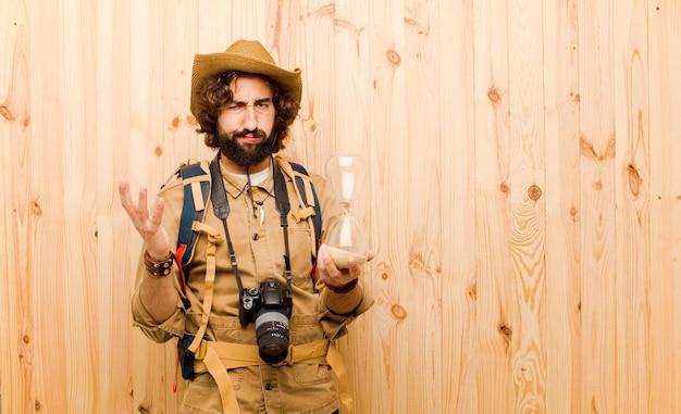 Młody szalony odkrywca ze słomkowym kapeluszem i plecakiem