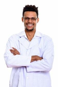 Młody szczęśliwy afrykański lekarz mężczyzna uśmiecha się z rękami skrzyżowanymi na białym tle